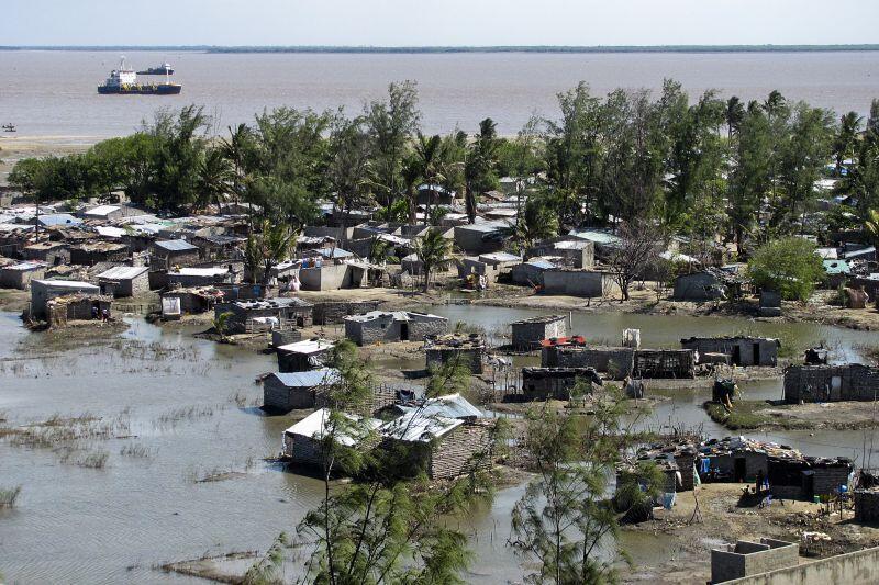 A zona da Beira tem-se debatido hà largos anos com o avanço do mar facilitado pela destruição progressiva do mangal.