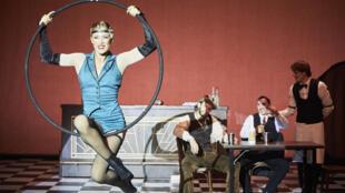 Dans «SPEAKEASY», le spectateur est plongé dans l'époque de la prohibition et de ses bars clandestins.