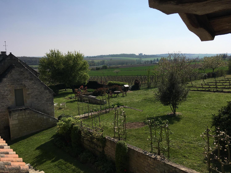 Поместье Рабле Девиньер окружено виноградниками и фруктовыми садами