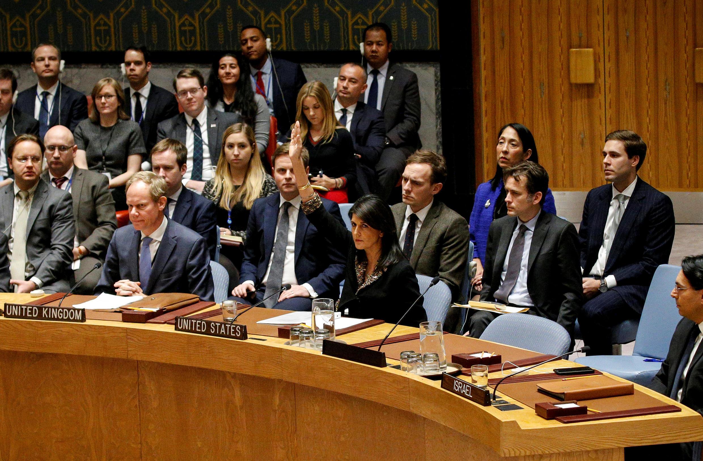 Bà Nikki Haley, đại sứ Mỹ tại Liên Hiệp Quốc, giơ tay phản đối nghị quyết lên án việc công nhận Jerusalem là thủ đô của Israel. Ảnh ngày 18/12/2017.