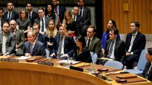 Nikki Haley, Embaixadora americana na ONU, levanta o braço para vetar o projecto de resolução que condena o reconhecimento de Jerusalém como capital de Israel