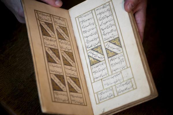 قدمت این نسخه قدیمی ناپدیدشده، به سال ۱۴۶۲یا ۱۴۶۳ میلادی/ ۸۶۷ قمری، باز میگردد. حافظ شیرازی یکی از مشهورترین شاعران ایرانی در سالهای ۱۳۱۵ تا ۱۳۹۰ میلادی میزیسته است.