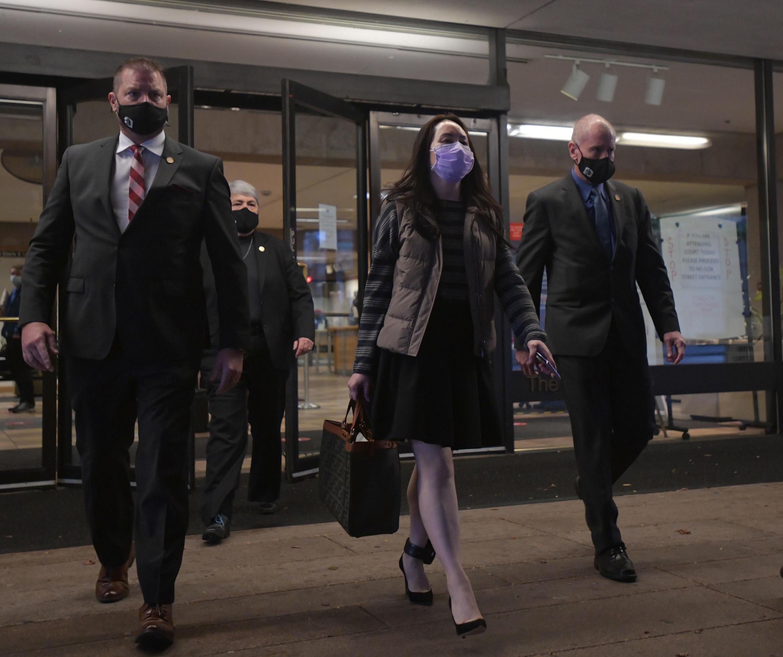 法广存档图片 - Image d'archive RFI : Huawei Chief Financial Officer, Meng Wanzhou, leaves British Columbia Supreme Court with her security team in Vancouver, British Columbia on December 8, 2020
