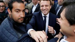 Александр Беннала (слева) и президент Франции Эмманюэль Макрон