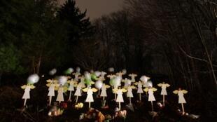 Anjos pintados instalados diante de uma casa em memória das vítimas do massacre de Newtown.