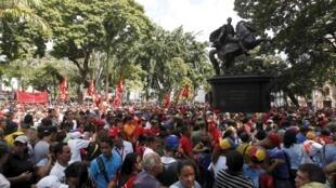 Les partisans du président Nicolas Maduro près de l'Assemblée nationale, à Caracas, le 5 janvier 2016.