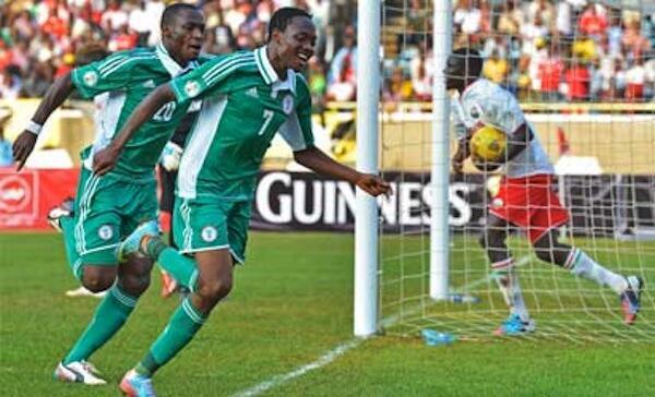 Ahmed Musa mfungaji wa goli la Nigeria dhidi ya Kenya akishangilia pamoja na Sunday Mba katika mchezo uliopigwa Moi Kasarani