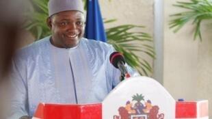 Shugaban kasar Gambia Adama Barrow yayin jawabi a wani taron manema labarai.