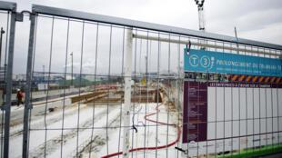 Photo datée de 2011 de chantier des travaux de prolongement de la ligne T3 du tramway parisien. Depuis 2013, des traces d'amiante naturel ont été découvertes et retardent considérablement l'avancée des travaux.