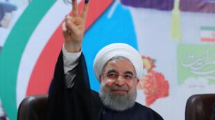 Le président iranien Hassan Rohani, au moment de voter pour sa réélection à Téhéran.