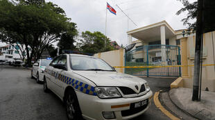 Xe xảnh sát Malaysia chặn lối ra vào của đại sứ quán Bắc Triều Tiên tại Kuala Lumpur.
