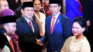 Le ministre de la Défense indonésien Prabowo Subianto (gauche) avec le président Joko Widodo lors de la cérémonie d'intronisation des nouveaux ministres au palais présidentiel de Jakarta en Indonésie, le 23 octobre 2019.