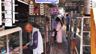 Le marché Solomaso, où près de 200 pavillons proposent montures et verres à un prix défiant toute concurrence.