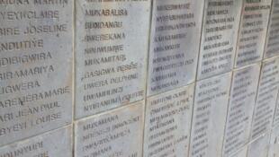 Un mur des noms a été édifié à Ntarama, l'un des six mémoriaux nationaux de Rwanda.