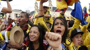 Torcida colombiana comemora vitória em Bogotá, 28 de junho de 2014.