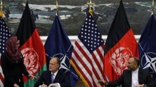 Cố vấn an ninh Afghanistan Hanif Atmar và đại sứ Mỹ James Cunningham ký hiệp định an ninh song phương tại Kabul ngày 30/09/2014.