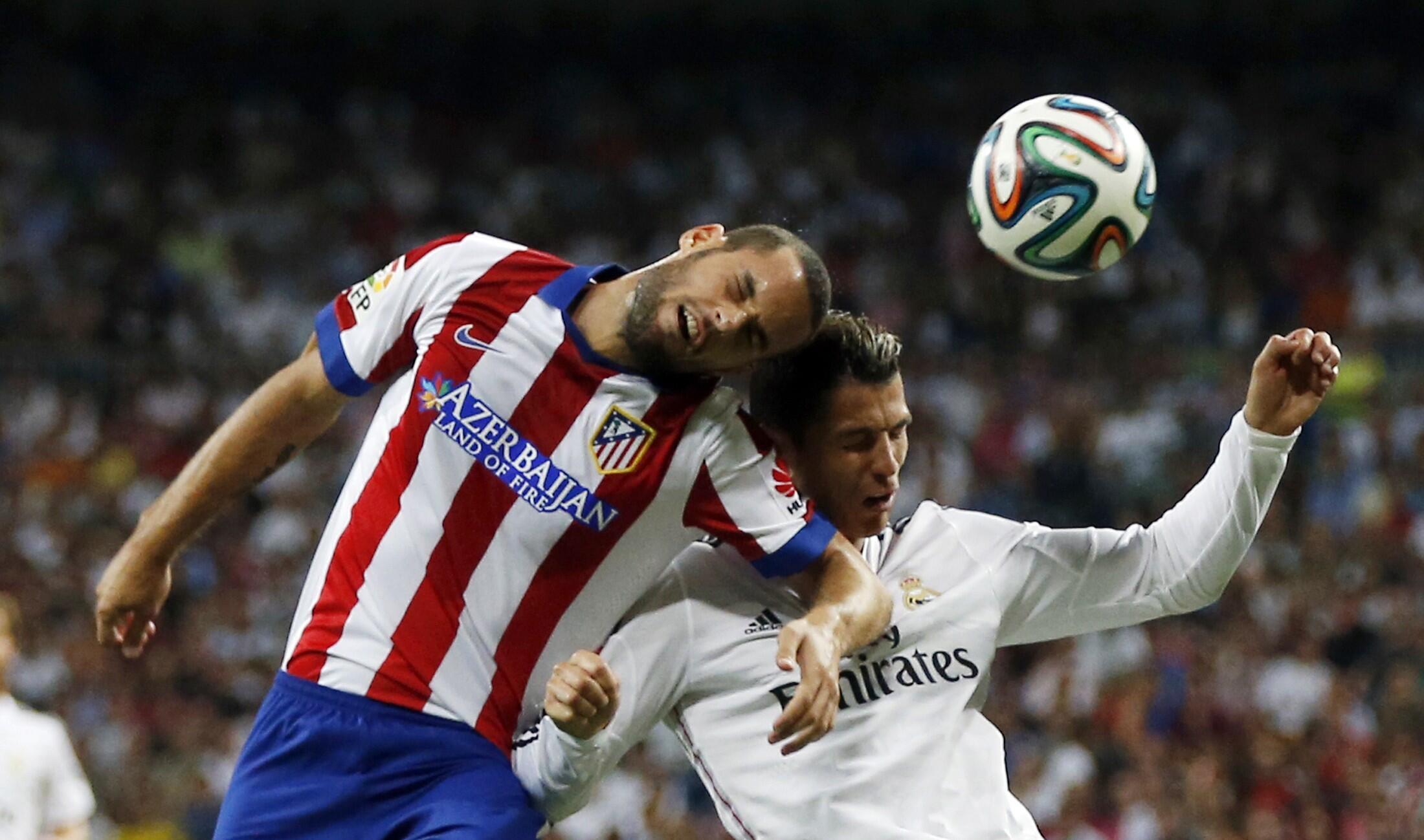 Mario Suarez na Atletico yana gumurzu da Cristiano Ronaldo  na Real Madrid a Bernabeu stadium