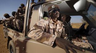Des soldats maliens à bord d'un véhicule militaire sur la base française de Gao, en décembre 2013.