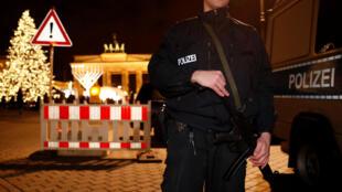 La police allemande montant la garde près de la porte de Brandebourg à Berlin, le 27 décembre 2016.
