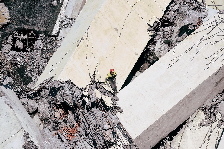 A Gênes, les sauveteurs évoluent au milieu d'un chaos de béton brisé.