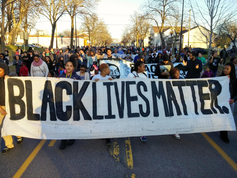 Manifestation à Minneapolis en 2014 pour protester contre des brutalités policières ayant coûté la vie au jeune Noir Jamar Clark. Selon la police, le jeune homme aurait été tué pendant une altercation, alors que la presse a parlé d'«exécution sommaire».