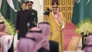 Le Premier ministre pakistanais Imran Khan (g.) a été accueilli le 19 septembre par le roi Salman à Riyad.