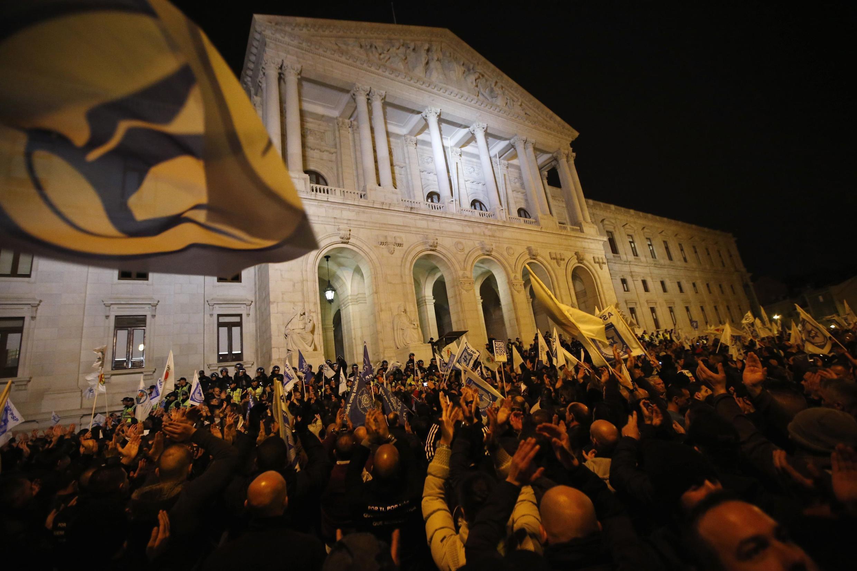 Manifestação contra o projeto de orçamento de 2014 em frente à Assembleia da República em Lisboa, 21 de novembro de 2013