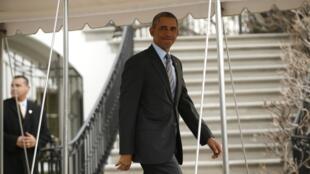 """El presidente estadounidense Barack Obama al embarcar en el """"MarineOne"""" rumbo a México para participar en Toluca en la cumbre del TLC."""