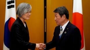 Ngoại trưởng Nhật Toshimitsu Motegi (P) và đồng nhiệm Hàn Quốc Kang Kyung-wha (T) tại cuộc họp cấp bộ trưởng nhóm G20, Nagoya, Nhật Bản, ngày  23, 2019.