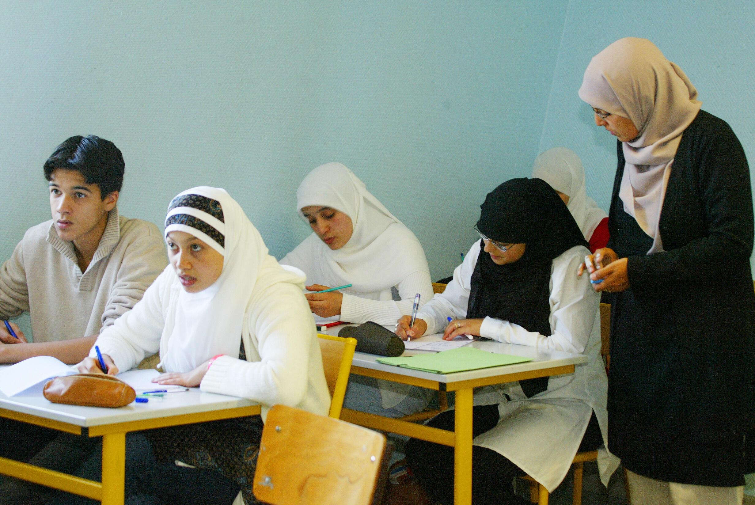 Фото: ученики частной мусульманской школы в Лилле, Франция. сентябрь 2004 год