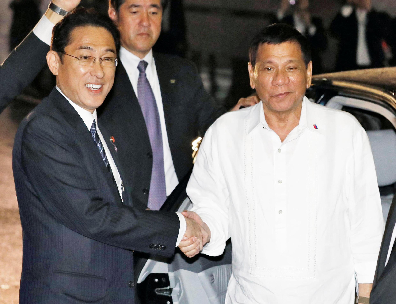 Ngoại trưởng Nhật F. Kishida (trái) tiếp đón tổng thống Philippines, R.Duterte tối ngày 25/10/2016 tại Tokyo.