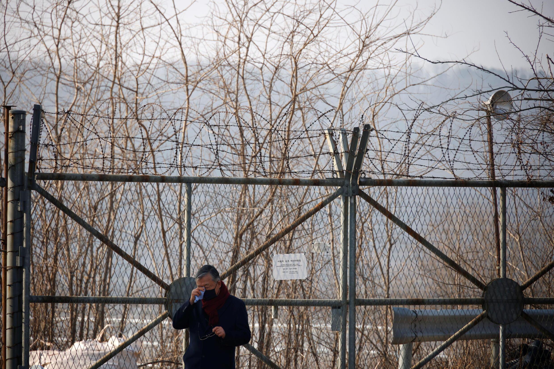 Un réfugié nord coréen pleure, à proximité de la zone démilitarisée séparant les deux Corées depuis 1953
