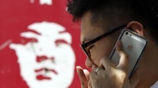 Un hombre habla por su iPhone en Pekín el 24 de julio de 2013.