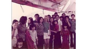 Nguyen Van Huy (1er homme en partant de la gauche), sauvé par le cargo français «Chevalier Valbelle» en 1983.