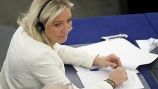 Marine Le Pen durante a sessão plenária do Parlamento Europeu nesta terça-feira, 2/7/2013.