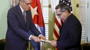 El jefe de la oficina estadounidense en Cuba, Jeffrey DeLaurentis, entrega una carta personal de Barack Obama al canciller cubano Marcelino Medina González.