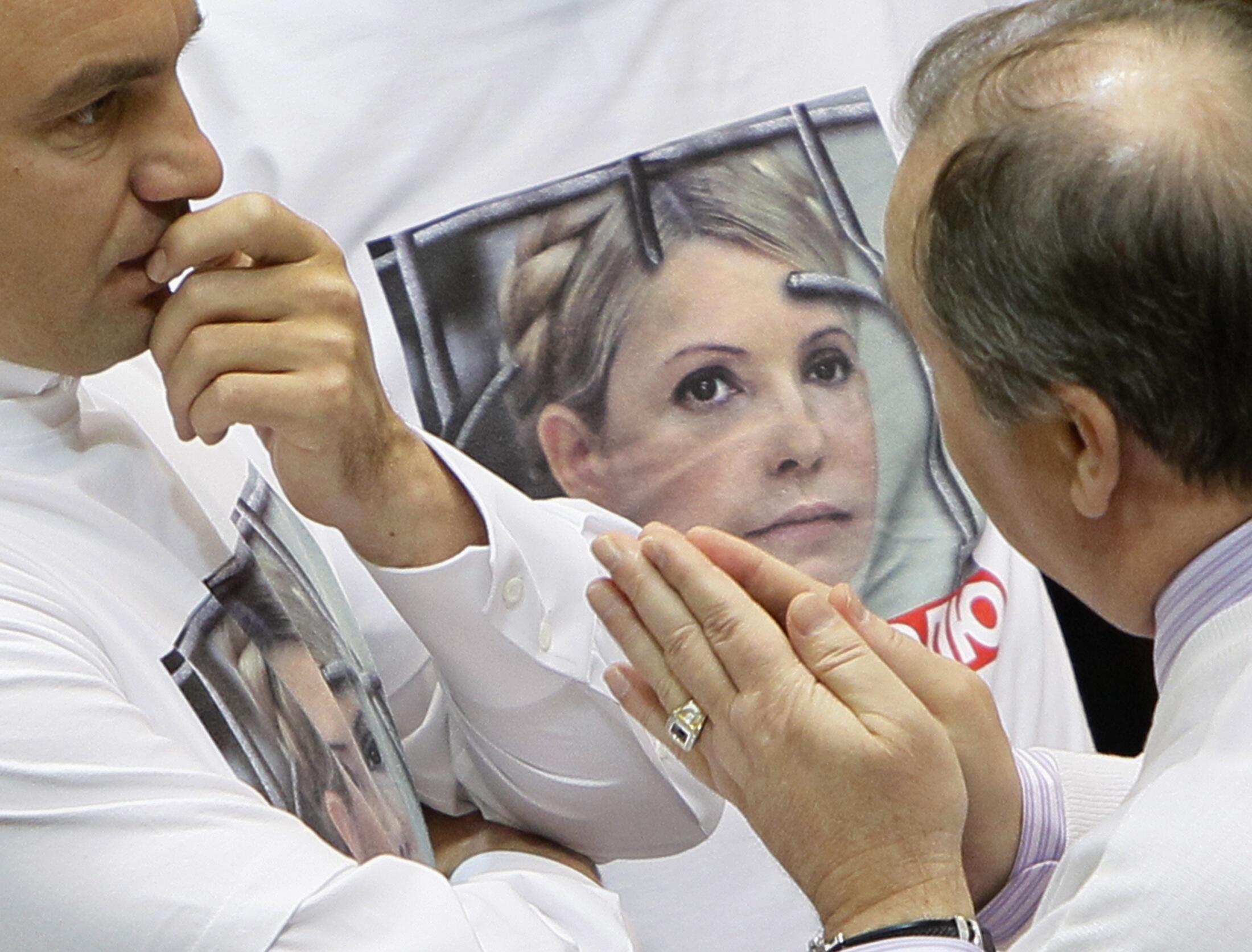 Các thành viên đảng đối lập mặc áo thun có hình Timochenko để đánh động dư luận về số phận của bà - REUTERS /Gleb Garanich