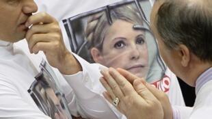 Депутаты оппозиционных партий надели футболки с изображением Юлии Тимошенко во время сессии Верховной Рады 08/11/2013