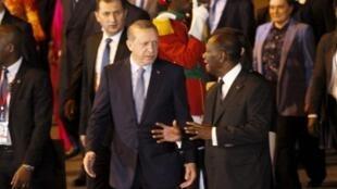 Rais wa Côte d'Ivoire Alassane Ouattara (kulia) akimpokea mwenzake wa Uturuki (kushoto) katika uwanja wa ndege wa Abidjian.