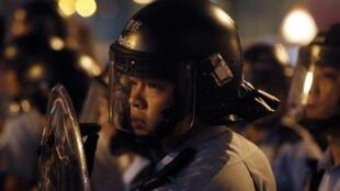Des dizaines de policiers en tenue anti-émeutes ont chargé un groupe de manifestants dans le quartier de Mongkok, à Hong Kong.