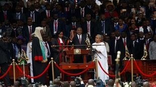 Rais Uhuru Kenyatta akila kiapo kuongoza Kenya kwa muhula wa pili katika uwanja wa Michezo wa Kasarani jijini Nairobi, Novemba  28, 2017.