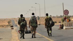 Las tropas anti Kadafi en un punto de control en El Qandil, cerca de la ciudad de Sirte.