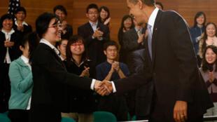 Barack Obama rencontre des jeunes étudiants chinois, futurs cadres, au Musée de la science et de la technologie à Shanghai.