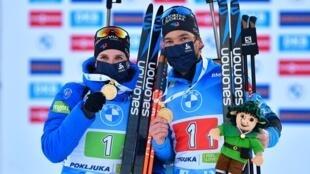 Les Français Julia Simon (g.) et Antonin Guigonnat (d.) posent avec leurs médailles d'or après avoir remporté l'épreuve du relais mixte simple aux Championnats du monde de biathlon à Pokljuka, en Slovénie, le 18 février 2021.