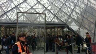 Cola para entrar al Louvre.
