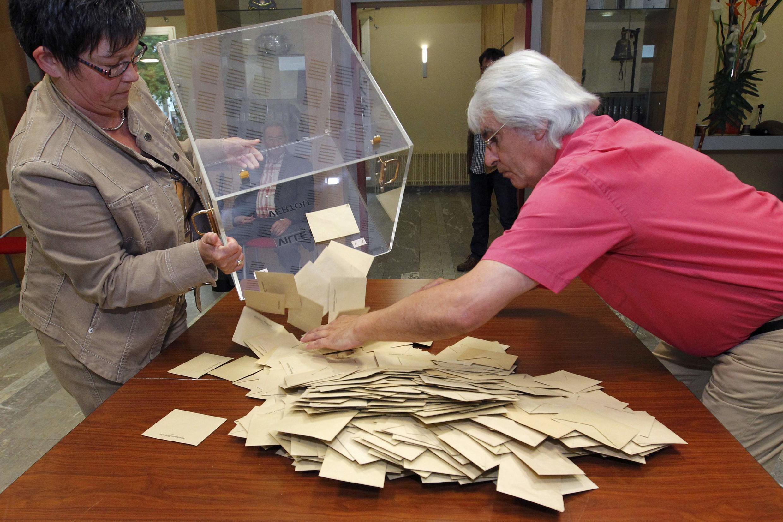 Mesários iniciam contagem de votos de eleição legislativa francesa em zona eleitoral de Vertou.