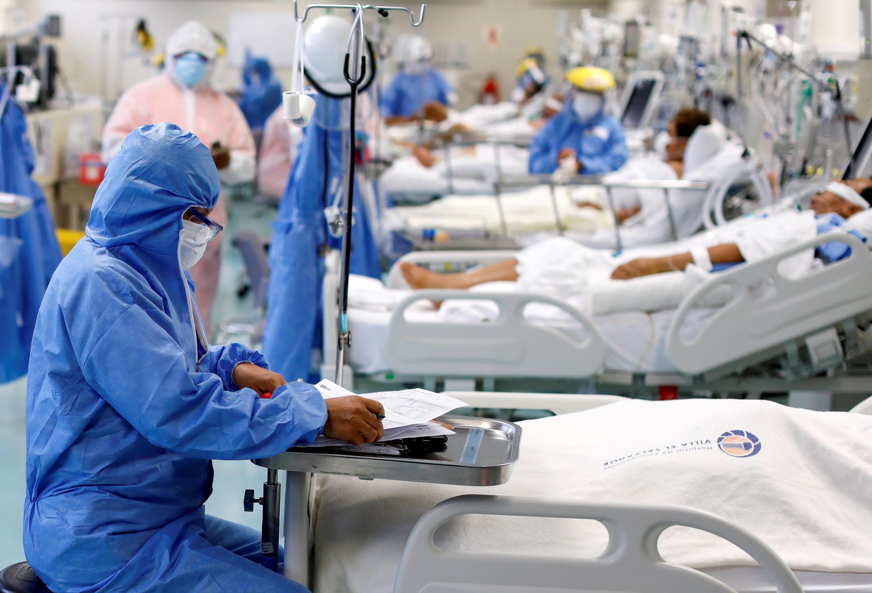 Un trabajador médico toma notas cerca de un paciente en la unidad de cuidados intensivos (UCI) del hospital Emergencias de Villa El Salvador, durante el brote de la enfermedad del coronavirus (COVID-19), en Lima, Perú, 22 de diciembre de 2020.