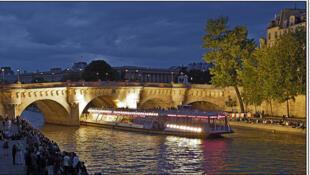 Un bateau mouche y el Pont Neuf, en París.