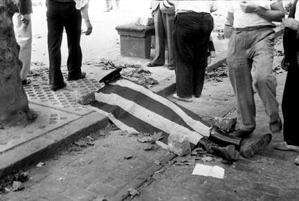 Garde d'assaut mort sur la Rambla Santa Mònica. Barcelone, 19 juillet 1936. Agustí Centelles.