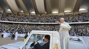 O Papa Francisco, à chegada ao estádio Zayed Sports City de Abou Dhabi, para celebrar uma grande missa histórica, a 5 de Fevereiro de 2019